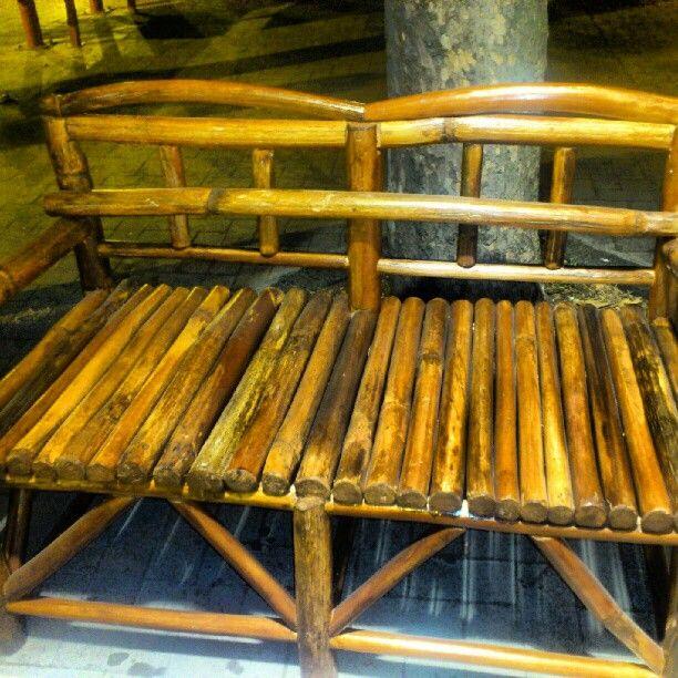 Sofà o divanetto interamemente fatto a mano, da mio padre usando legno di Ferula dell'Etna raccolta da lui personalmente. Dei bei.cuscinoni sopra e il.gioco.è fatto. Photo by adyglio