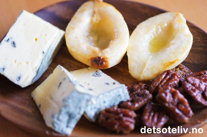 Bakte pærer og karamelliserte pekannøtter til ost | Det søte liv