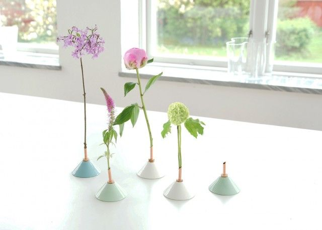 These are the beautiful vases Consilium by Eva Levin! #nordicdesigncollective #evalevin #consilium #hellosummer #summer #sommar #porcelain #cork #vase #copper #summerflower #flower #green #blue #white #peony #pink #meadow