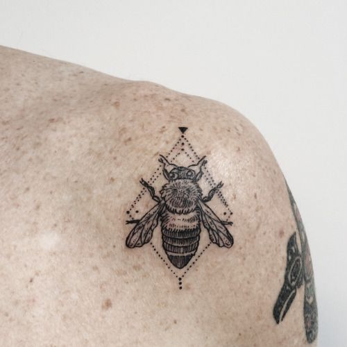 "ponyreinhardt: Micro-tattoo of a life-size Himalayan Cliff Bee, whose ""mad-honey"" is a psychedelic! It lives high up on cliffs only reached by long rope ladders. By Pony Reinhardt of Tenderfoot Studio in Portland, OR. For more, follow on IG: freeorgy"
