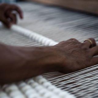 La lavorazione dei tappeti Sukhi viene effettuata interamente a mano. Ecco perchè la qualitá dei nostri prodotti è testata e certa😇  Qui una nostra artigiana indiana sta intessendo un tappeto di lana annodata😍💞 Maggiori informazioni sulla produzione dei nostri tappeti indiani qui: http://www.sukhi.it/fare-tappeti-di-lana-and-feltro