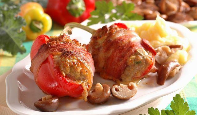 Zabalené do slaniny: Papriky plnené bravčovým mäsom | DobreJedlo.sk