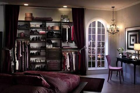 Гардеробная в спальне за шторами