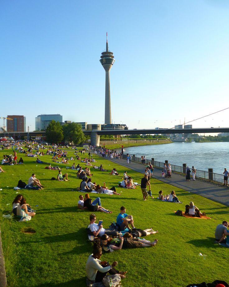 Auf dem Rasenstück der Rheinuferpromenade zwischen Landtag und Kasematten tummeln sich bei schönen Wetter die Sonnenanbeter. Egal ob Mittagspause, Feierabend oder Wochenende: Bei den ersten warmen Sonnenstrahlen ist in jedem Freibad mehr Platz.