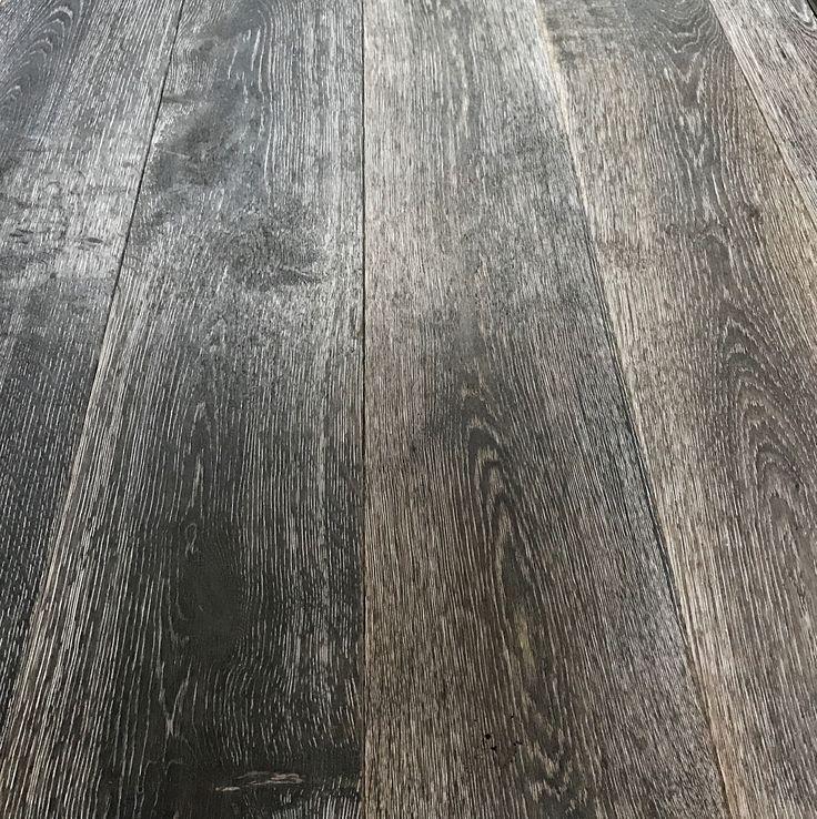 Lamelparket eiken Legends olie grijs is een 19cm brede plank met een eiken toplaag in een rustieke sortering. De lamelplanken zijn met een matte olie kant en klaar afgewerkt. Deze parketvloer heeft alles wat u van een vloer verwacht. Tijdloos, met een warme en natuurlijke uitstraling en uiterst betaalbaar. Deze parketvloer schreeuwt om lekker intensief op te leven. Het is dan ook de ideale vloer onder elk bruisend gezinsleven!