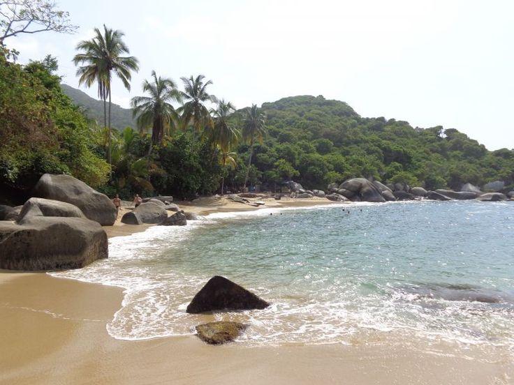 """""""Tayrona, het natuurreservaat met een van de mooiste stranden van de wereld. Na een dag wandelen door de jungle en zwemmen, zonnen en snorkelen op verschillende ansichtkaart waardige stranden, keerde we terug naar onze hangmat om aldaar de nacht te doorbrengen."""""""