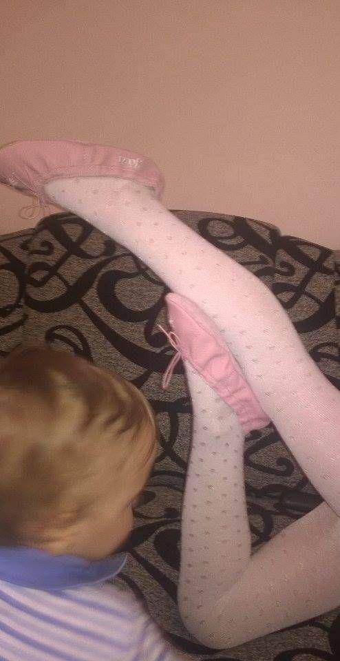 Jázi otthonra is kapott egy balettcipőt a gyakorláshoz és benti cipőnek - rózsaszín alapon fheér Jázi felirattal és hópehely mintával