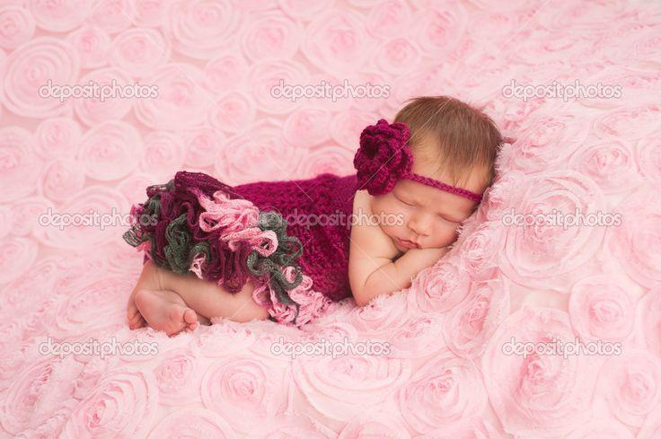 Спящая девушка новорожденного ребенка носить бордовые крючком заставку и комбинезон - Стоковое изображение: 25592587