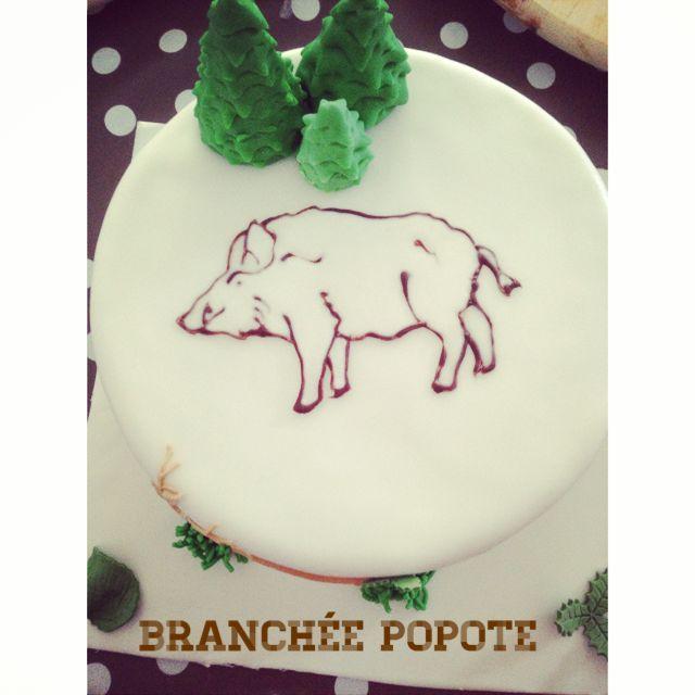 Un gâteau autour du thème de la chasse réalisé pour un anniversaire. Pâte à sucre et technique du Window color pour cette réalisation