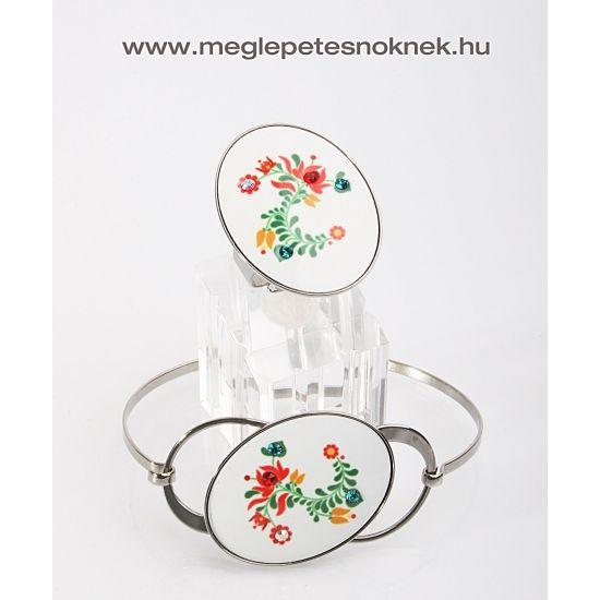 Magyaros motívum karkötő, mely gyönyörűen megmunkált. Festett virágminták és 4 db Swarovski kristály található a karkötőben. A kristályok nagysága 3 mm. A karkötő nemesacél foglaltban található, mely nem kopik le. Hozzá illő Magyaros motívum gyűrű, mely gyönyörűen megmunkált. Festett virágminták és 4 db Swarovski kristály található a gyűrűben. A kristályok nagysága 3 mm. A gyűrű nemesacél foglalatban található, mely nem kopik le. A gyűrű mérete állítható.