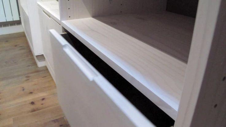 Fabrication et installation. Dressing en pin blanchi, étagères réglables sur pistes perforées, coulisses de tiroirs freinées.