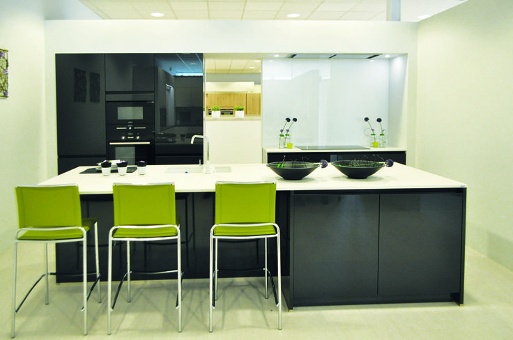 Hoogglans keuken met contrastkleuren deze moderne keuken heeft hoogglans keukenkasten die - Moderne keuken deco keuken ...