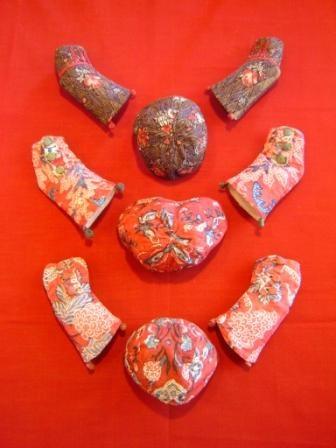 een collectie babymutsjes en mouwtjes (30 stuks!) uit de 18e eeuw en gemaakt van sits. Sits is een bloemrijke stof, handbeschilderd in India in de 17e eeuw en meegebracht door de Verenigde Oost-Indische Compagnie. Sits vond een toepassing in de Noord-Nederlandse streekdrachten.