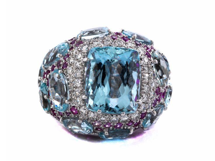 Extravaganter Ring mit oval facettierten hellen Aquamarinen und einem Aquamarin im Kissenschliff, zus. ca. 26 ct, umspielt von Brillanten, zus. ca. 0,7 ct, und ...