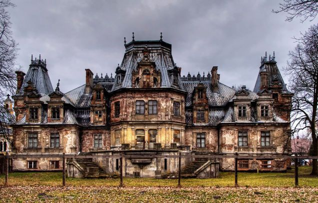 9 of the most fascinating, abandoned  houses from around the world. So amazing and sad at the same time.