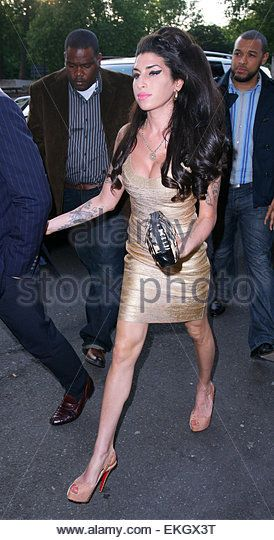 20.JUNE.2010. LONDON AMY WINEHOUSE AND NEW BOYFRIEND REG TRAVISS ARRIVING AT PIZZA ON THE PARK ON HYDE PARK CORNER - Stock Image