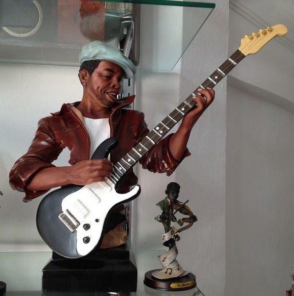https://www.misra.com.tr/ev-dekorasyon/buyuk-boy-cazci-biblo-gitar-calan-adam  Cazcı Kardeşler Büyük Boy Gitar Çalan Adam  Cazcı kardeşler bibloları artık büyük boy. 47 cm x 45 cm ebatlarında olan gitar çalan adam biblosu eviniz veya ofisiniz için harika bir dekorasyon oluşturacak.