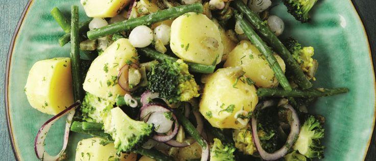 Aardappelsalade 'nieuwe stijl', met boontjes, broccoli, rode ui, peterselie, augurkjes...
