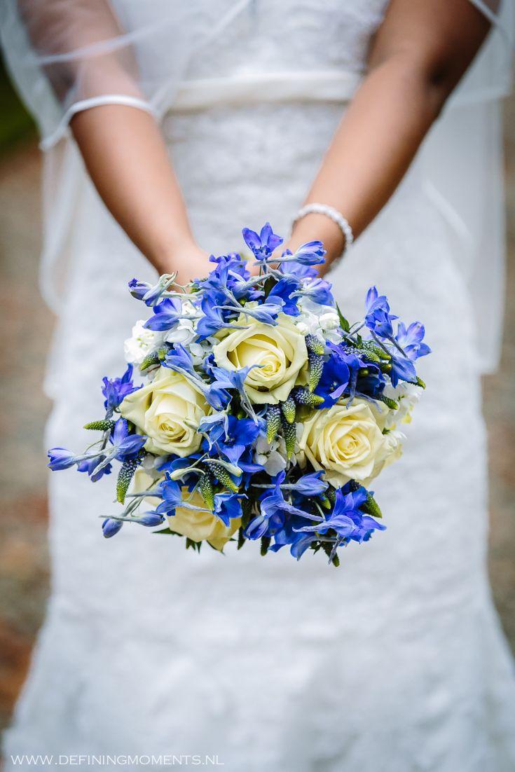 Bruidsboeket in blauw/paars-witte tint, met o.a. blauw ridderspoor, blauwe druifjes en crèmekleurige rozen. Wedding bouquet in blue/purple and white colour schema, composed of blue larkspur, 'blue grapes' and cream-coloured roses.