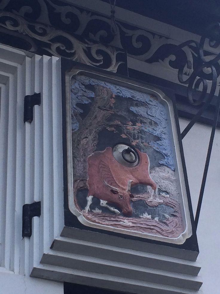 """明治から昭和にかけて「養命酒」と勢力を二分した薬用酒「サフラン酒」で財を成した長岡の傑物吉沢仁太郎の屋敷の蔵。東洋のフレスコ画ともよばれる""""鏝絵""""で飾られたこの蔵には、十二支をはじめとする17種の動物・霊獣・九種の植物が極彩色に描かれている。全国の左官屋さんたちが「鏝絵日本一」と讃えている。 新潟県長岡市摂田屋4-6-33"""