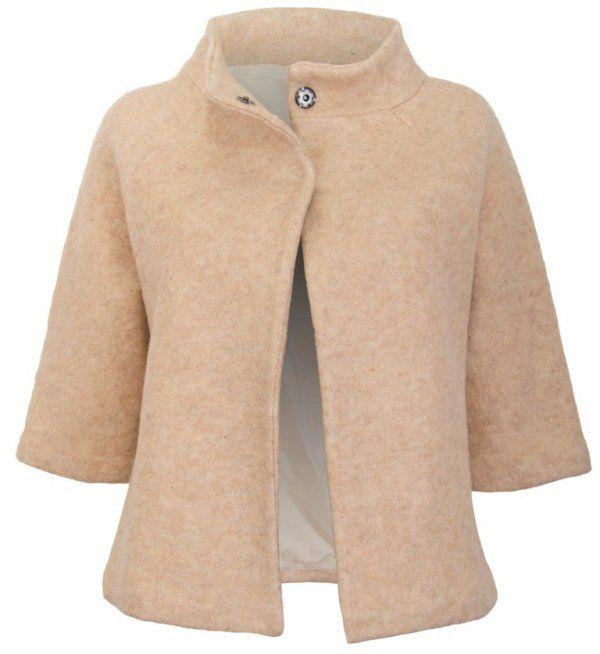 Beżowy, żakiet damski na podszewce, wykonany z grubej tkaniny wełnianej z domieszką włókna syntetycznego. Zapinany  u góry na dwa kryte klipsy, rękawy kimonowe, rozszerzające się ku dołowi o długości ¾, kołnierz w formie stójki.  #żakiet #elegancki #beżowy #kobieta #moda #trendy