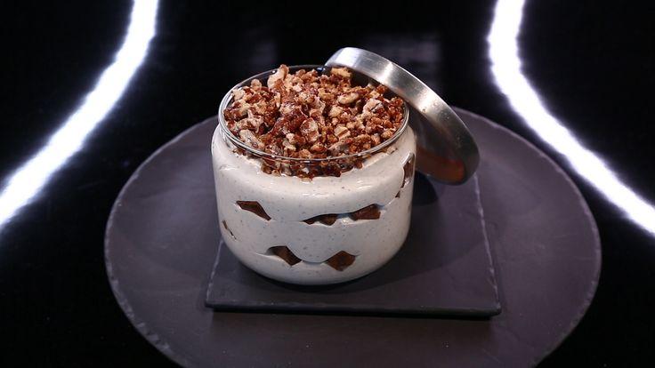Sucré - Mousse légère ivoire, croustillant chocolat, noix & café pour 4 : Croustillant café/choco : 80g praliné 40g shortbread * 40g crêpes séchées dentelles) * 5g café soluble * 80g chocolat au lait 40% * 80g pâte de noix * 10g noix de pécan hachées. Mousse ivoire : 35g eau * 15g sucre poudre * 1 gousse vanille * 115g chocolat blanc * 15g beurre * 40g noix pécan * 250g crème montée. Pécan caramélisée : 150g noix pécan * 150g sucre glace. Recette Ch. Michalak sur le site.