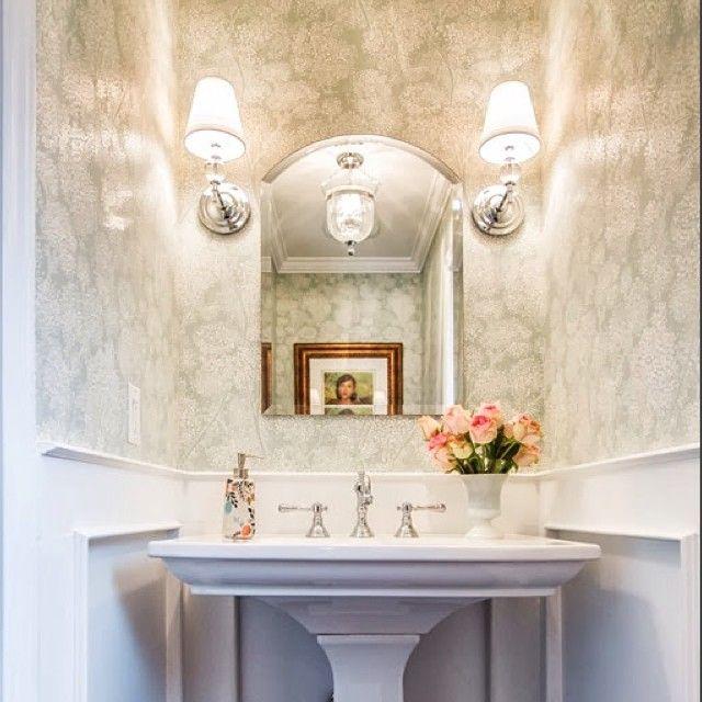 🏡 #интерьер #дизайн #стиль #декор #санузел #ванна #английский #бра #раковина #зеркало #цветы #обои #декорирование #симметрия #идеи #вдохновение #kashtanovacom #interior #design #decor #style #bathroom