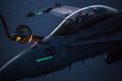 160428-M-XD442-766 IWAKUNI, Japón (28 de abril de 2016) Infantes de Marina con el Escuadrón de Transporte de Recarga Aérea Marina (VMGR) 152 y el Escuadrón de Ataque de Cazas Todo Terreno Marino (VMFA) 242 realizan reabastecimiento de combustible aire-aire.  Las unidades practicaron tanto en la tarde como en la noche para garantizar la máxima preparación en cualquier escenario.  (Foto del Cuerpo de Marines de los EE. UU. Por el cabo Nathan Wicks / Released)