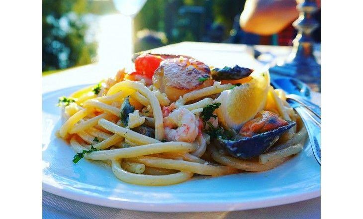 Fantastiskt god och fräsch pasta med pilgrimsmusslor, blåmusslor, scampi och räkor. Prova gärna göra persiljesaltet också som piffar upp många rätter!