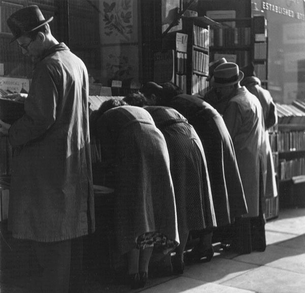 Bookshop readers, Charing Cross Road, 1937. Wolf Suschitzky