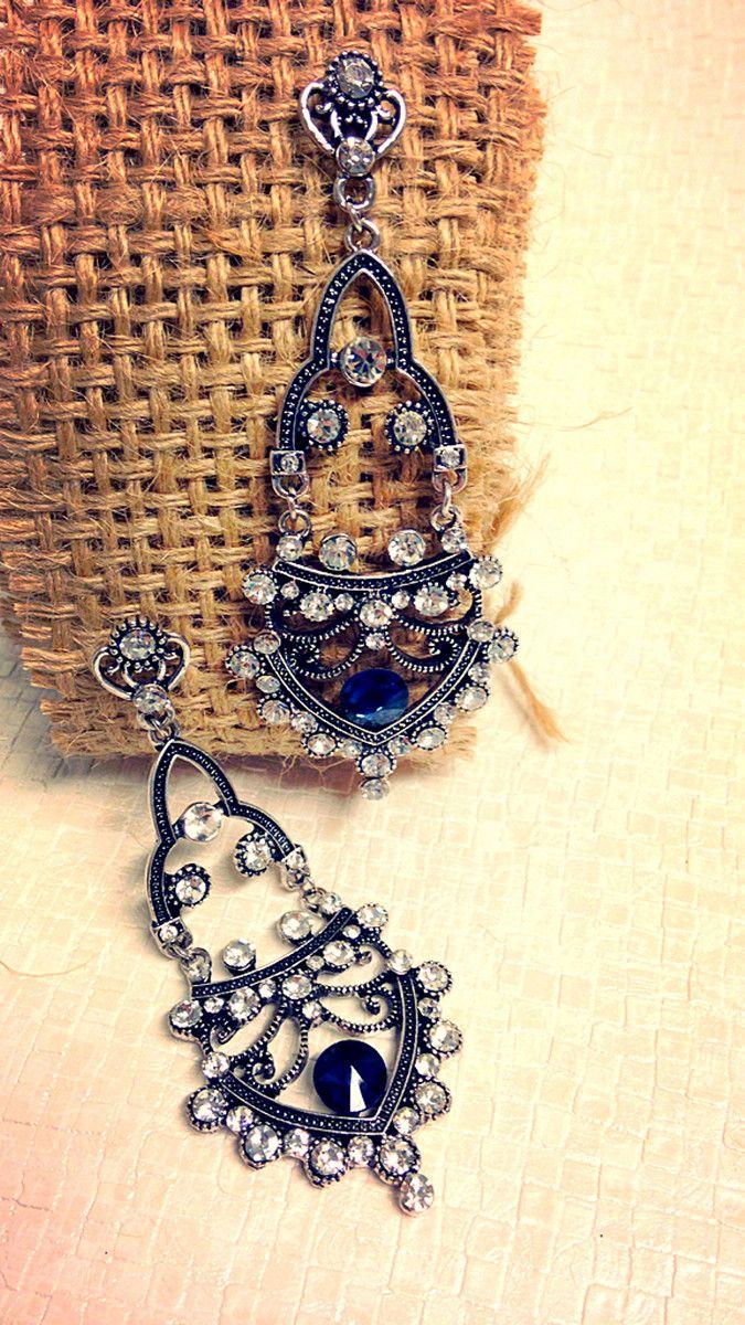 Brinco em bijuteria com acabamento prata envelhecida e aplicação de strass e cristal azul