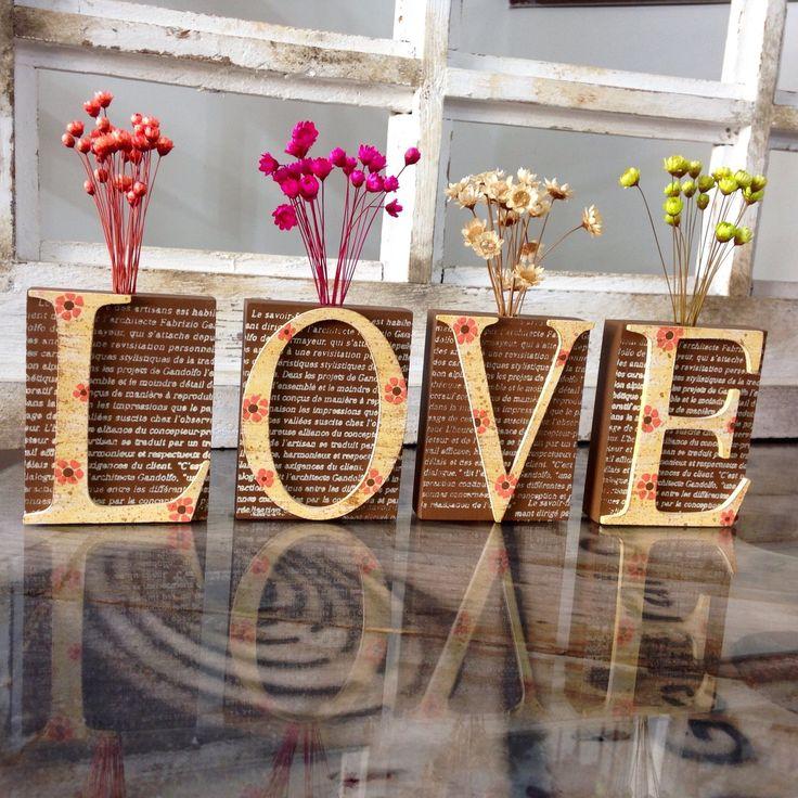 Vaso Solitário LOVE. Delicadeza e beleza é o que encontramos nestes vasos feitos em MDF, com estampa que parece a página de um livro. São quatro vasos solitários, que juntos formam a palavra LOVE. <br>Lindos para você decorar sua casa. Use na parede, em cima do aparador, no hall de entrada, ou na sua estante e decore sua casa de uma forma moderna e diferente! <br>Sendo também uma ótima opção para presentear com muita exclusividade, estilo e criatividade. <br> <br>PRONTA ENTREGA