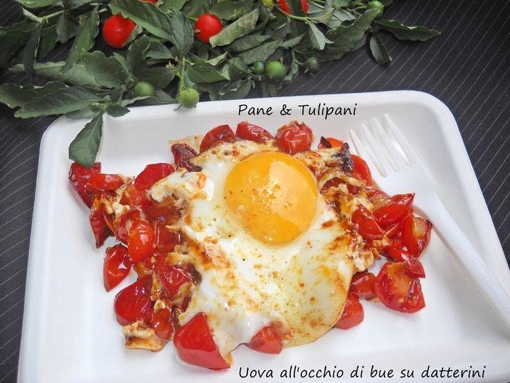 Uova all'occhio di bue su datterini La semplicità non ha confini. Adoro le ricette semplici ma golose e gustose come questa. Ottima pausa pranzo. http://blog.cookaround.com/vincenzina52/uova-allocchio-di-bue-su-datterini/