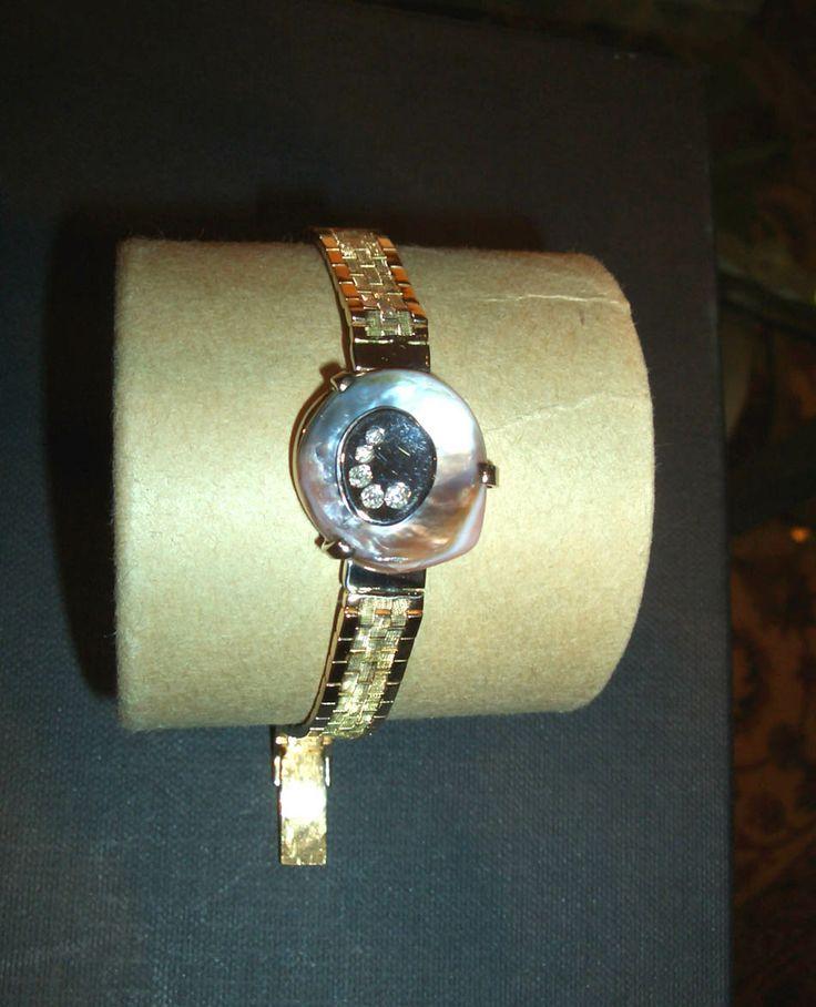 """Bracciale """"finto orologio chic"""" con madreperla, oro giallo, e diamanti."""