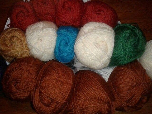 1 november 2014: De wol is gekocht...alle mooie kleuren.....iets dunner dan het oorspronkelijke garen.....rekenen dus...