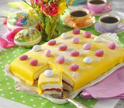 Hallonsylt, läcker gräddvaniljkräm och gul marsipan... Vår påsktårta är oemotståndlig! Enkel att göra är den också – baka en sockerkaksbotten i långpanna och bygg sedan tårtan i olika...