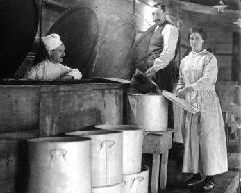 voedselschaarste in Nederland. Eerste centrale keuken (gaarkeuken) in Nederland te Rotterdam, 1917. De kok en het personeel bij de kookketels en pannen.