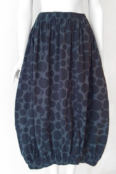 """Un peu bulle en forme de jupe avec un élastique à la taille et à l'ourlet. L'ourlet est courbe et plus courte que le dos, créant un effet unique! A poches latérales; longueur du vêtement est de 32 """"(au centre) et 35"""" (milieu du dos) Taille S / M. BGBS001 Tissu: Tokyo (en jersey de coton) Couleur: Gris Bellini"""