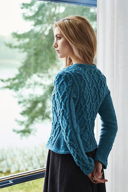 Cables that create diamond shapes adorn this fitted jacket on all its parts. A deep v-neck and a button band with three bespoke buttons by Siri Berrefjord make it suitable to wear on top of any treasured outfit. The fronts and back are knitted flat, while the sleeves are knitted in the round, all in the bouncy pure wool melange Ask – Hifa 2.