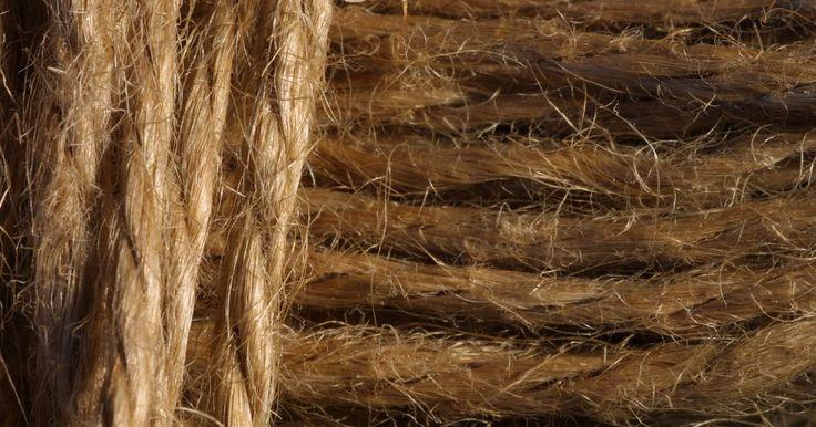 Cómo hacer diferentes tipos de patrones con hilo de cáñamo . Existen muchas variaciones de nudos que pueden usarse para hacer bijouterie de cuerda de cáñamo. Cada tipo de nudo tiene un patrón diferente. Dos de los más populares son el nudo medio punto y el nudo cuadrado. Estos son nudos básicos y se pueden utilizar con cáñamo natural o teñido, así como también en conjunción con los granos. También se pueden ...