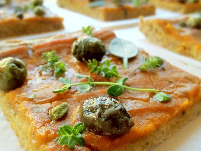 Un'altra idea per il menu di halloween :-)   La pizza alla crema di zucca con olive, capperi e pomodori secchi… Buonissima! Ecco cosa serve...