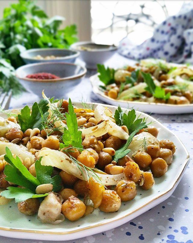 Fondante, parfumée, cette salade de pois chiches, fenouil et graines rôtis est une vraie bombe de saveurs. Une fois goûtée vous en redemanderez tout l'été !