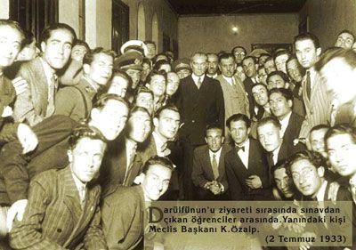 Atatürk, Meclis Başkanı Kazım Özalp ve öğrenciler (Darülfünun 1933)