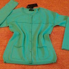 NEU Damen Jacke Wunderschöner strick Cardigan Gr. 34 in Grün von Apanage  Toller Designer Schnitt ... für Business, Freizeit und Abend ... Sehr weich und fein, angenehm zu tragen. Vorne mit 6 Schmuck Knöpfe zu schließen, sowie 2 kleine süße Taschen. Superkombinierbar. War teuer. Wurde nur anprobiert 100% feine BaumwolleWer die Jacke kauft, bekommt passende Armkette als Geschenk dazu.  Maße:  - Länge ca. 60 cm  - Brustweite ca. 44 cm   - Ärmel Länge vom Halsausschnitt gemessen ca. 66 cm  150A