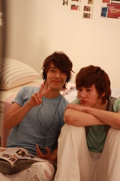Donghae and Kyuhyun my two favorite guys from Super Junior. Of course it's hard to pick which one I like more. man even Siwon is starting to look good now. lol