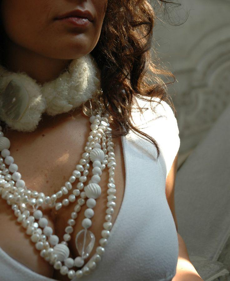 proposta invernale , scaldacollo con dettaglio in madreperla, collane in agata bianca e quarzo faccettato