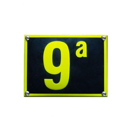 HE-56 emaille huisnummer 'Naarden'. Een lekker opvallend huisnummer, gemaakt van zwart en geel emaille!