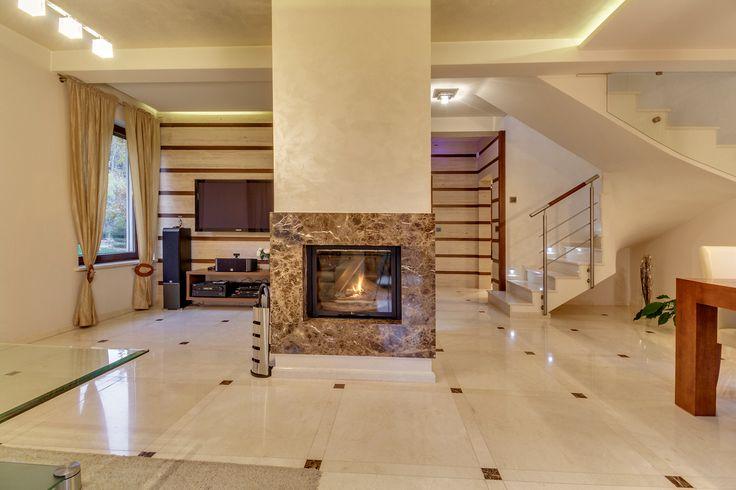Dom wybudowany i wykończony z użyciem wysokiej klasy materiałów, w tym marmuru i trawertynu. Funkcjonalny i ciekawie zaprojektowany.