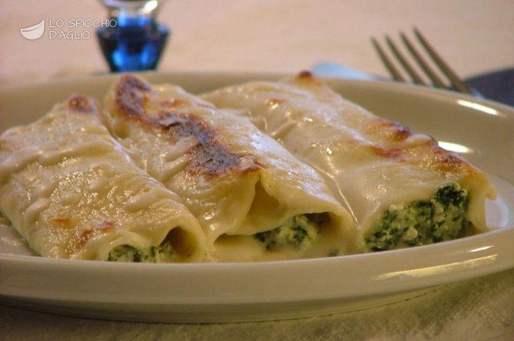 I cannelloni ricotta e spinaci sono un classico della cucina italiana, in cui i cannelloni vengono farciti con un ripieno di ricotta e spinaci, conditi con la besciamella e gratinati nel forno.