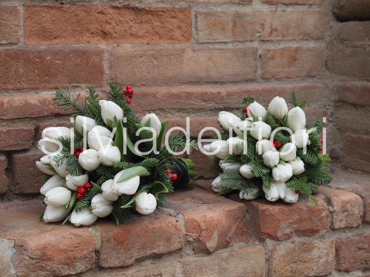Il bouquet è il segno distintivo di ogni sposa e per questo viene confezionato su misura, scegliendo innanzitutto la tipologia dei fiori secondo texture e forma e poi la linea compositiva che meglio si adatta alla silhouette e alla personalità della sposa. I fiori che si possono usare nel bouquet sono moltissimi, ma ovviamente come
